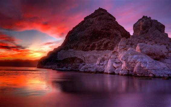 壁紙 湖、赤い空、雲、山、岩