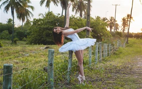 Fond d'écran Robe blanche fille, ballerine, barrière, herbe