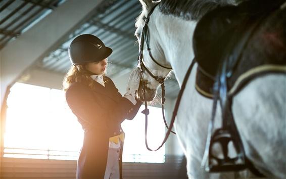 Обои Девушка с шлемом хотят верховой лошади