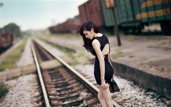Обои Черное платье Азиатская девушка, железная дорога