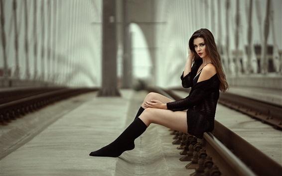 Обои Черное платье девушка сидит на мосту, на железнодорожном