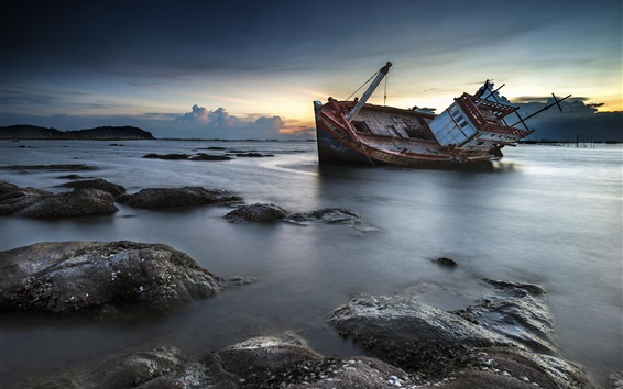 Обои Разбитый корабль, берег, море, скалы, кораблекрушения, сумерек