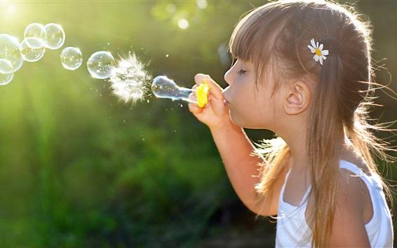 Обои Симпатичная маленькая девочка игры пузыри, счастливый ребенок