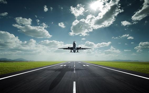 Fond d'écran avion de passagers le décollage, l'aéroport, la route, les nuages, le soleil