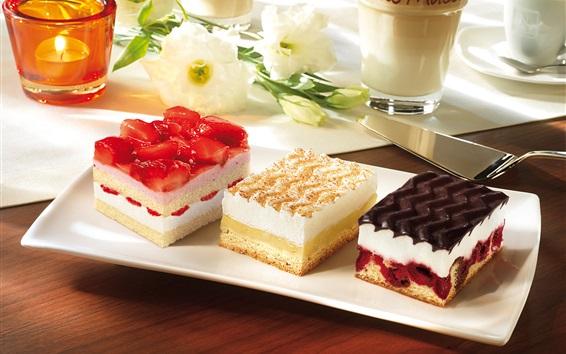 Fond d'écran Trois gâteaux différents, fraises, crème, chocolat, dessert