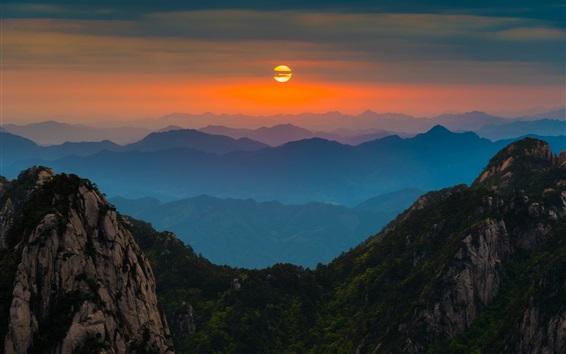 Fond d'écran Chine Anhui Huangshan, l'aube, le lever du soleil, les montagnes, les arbres, le ciel rouge