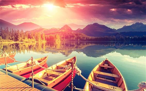 Fondos de pantalla Lago, barcos, muelle, montañas, árboles, reflexión del agua, puesta del sol, nubes