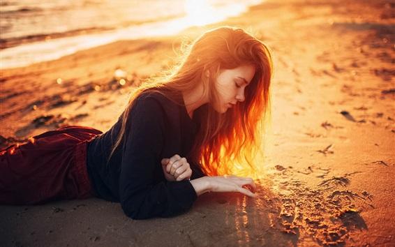 Fond d'écran Longue fille de cheveux allongé sur la plage, le soleil, crépuscule