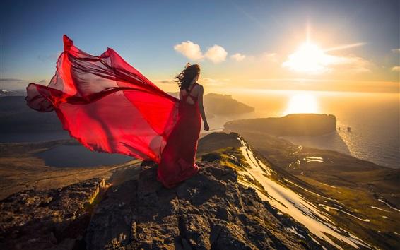 Fond d'écran Robe rouge fille à côte, océan, coucher de soleil, vue de dos