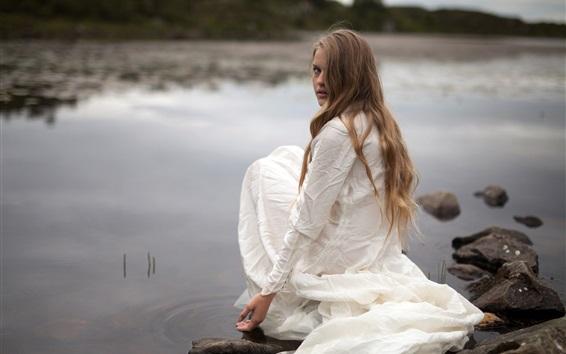 Fondos de pantalla vestido de niña blanca se sienta al lado del lago, mirar hacia atrás