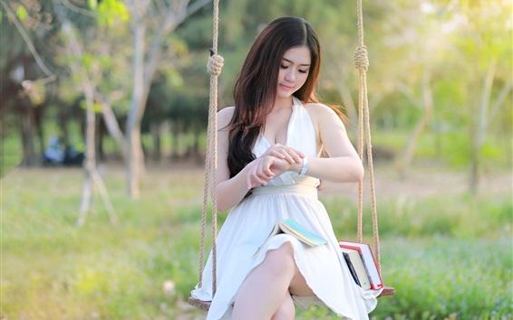 Fond d'écran fille sit asiatique à swing, robe blanche, livres
