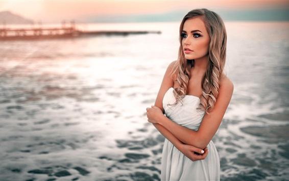 壁纸 美丽的白色礼服的金发女孩在沙滩边