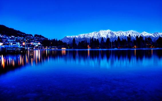 Fond d'écran Vue sur la ville, les lumières, lac, réflexion de l'eau, montagnes, crépuscule