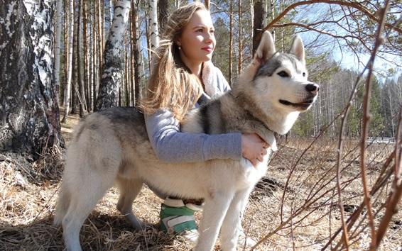 Papéis de Parede Menina e cão husky na floresta