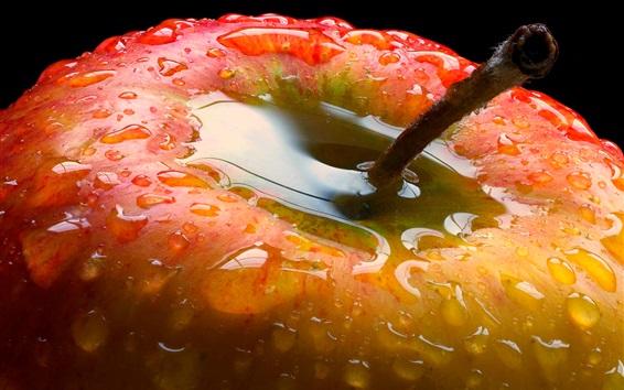 Обои Красное яблоко крупным планом, капли воды