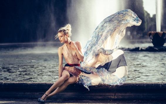 Обои Белокурая модель девушка, поза, фонтан, платье, ветер