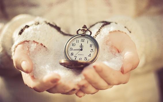 Обои Карманные часы в руках, холод, снег