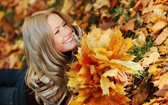 壁紙 秋の笑顔の女の子、楓の葉
