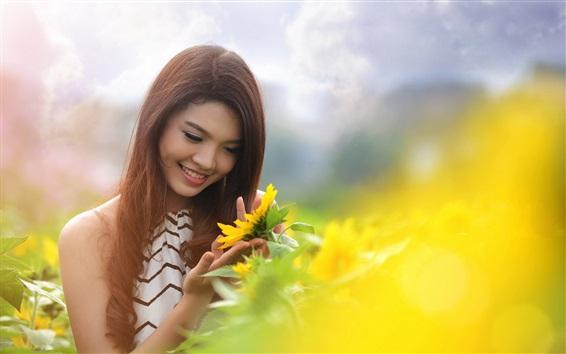 Обои Летняя улыбка Азиатская девушка и подсолнечника