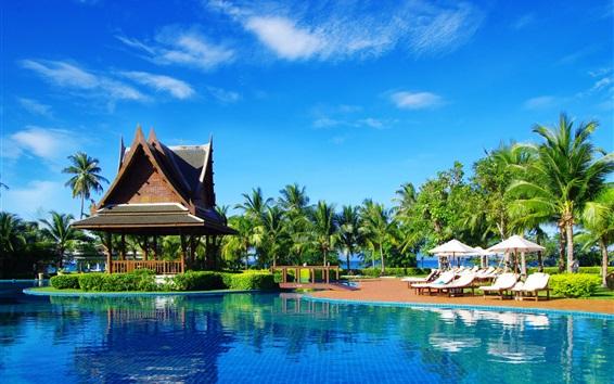Fond d'écran Station balnéaire tropicale, palmiers, belvédère, parasols, chaises longues, piscine