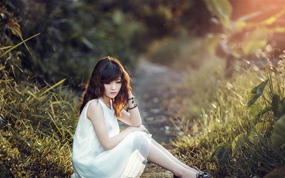 Fond d'écran Robe blanche asiatique fille assis au sol, l'herbe, le soleil