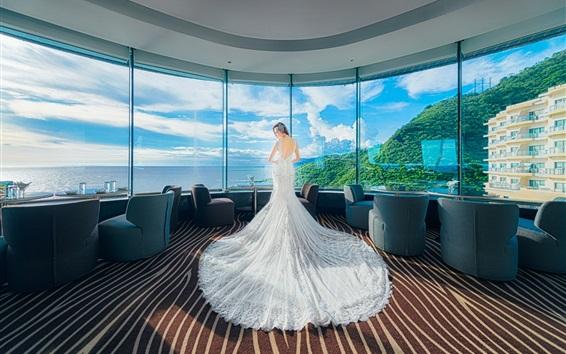 Papéis de Parede Menina de vestido branco no lado da janela do hotel