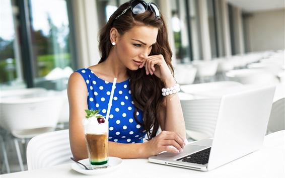 Papéis de Parede Blue vestido menina usar notebook para o trabalho
