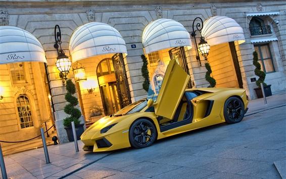 Обои Lamborghini Aventador LP700-4 желтый суперкар на улице, открылись двери