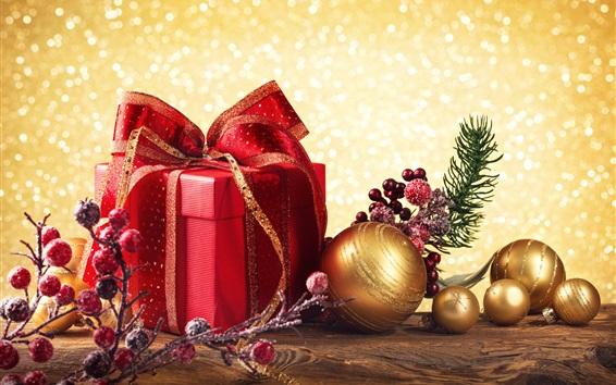 Обои подарок Красная коробка, золотые рождественские шары, красные ягоды