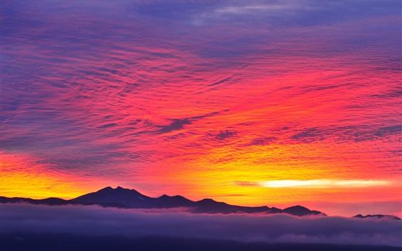 Fond d'écran Rouge, ciel, Coucher soleil, montagnes, brouillard