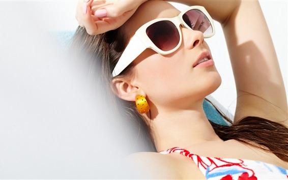 Fondos de pantalla Chica de descanso en el sol, gafas de sol