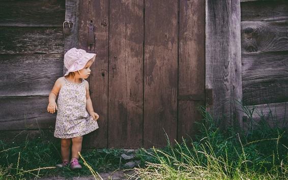 Обои Маленькая девочка в дверь, ребенок