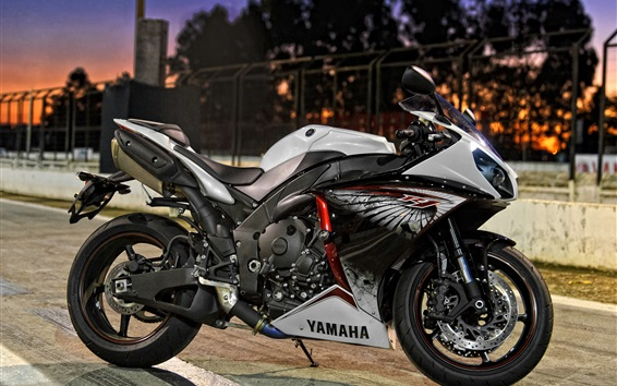 壁紙 夜の街の通りでヤマハのオートバイ