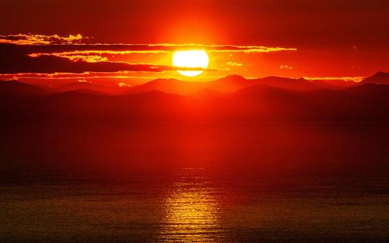 Papéis de Parede Belo pôr do sol, mar, montanhas, céu vermelho, nuvens, sol