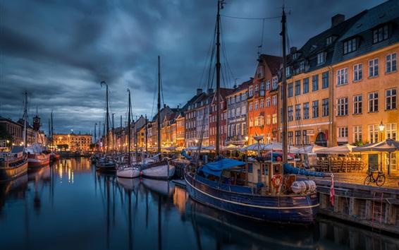 Обои Город ночью, лодки, река, дома, фонари