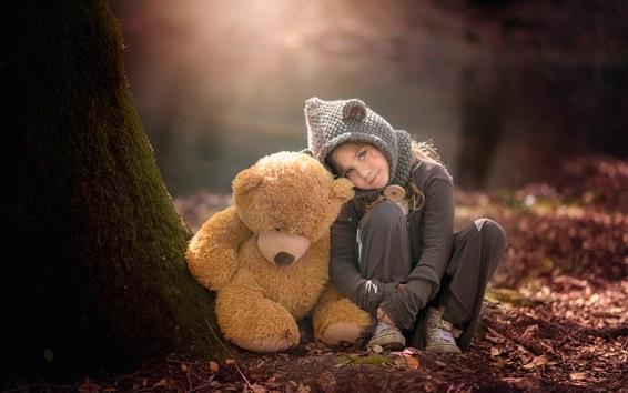 Обои Симпатичная маленькая девочка и плюшевый мишка в лесу