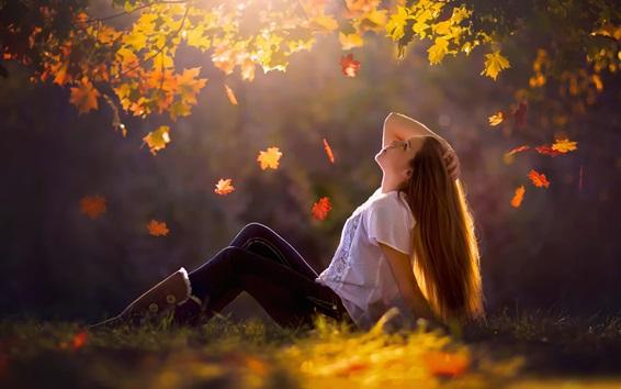 배경 화면 소녀는 지상, 가을, 나뭇잎, 나무, 잔디, 태양 광선에 앉아