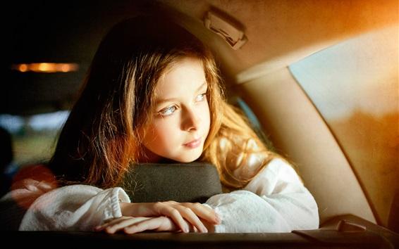 Fond d'écran Cute girl dans la voiture, regardez par la fenêtre, le soleil
