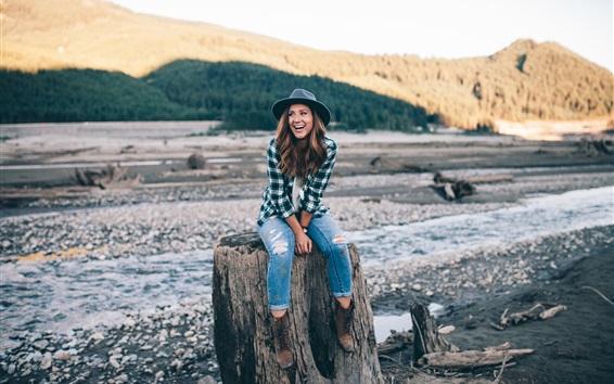 Обои Улыбка девушка, шляпа, джинсы, культя