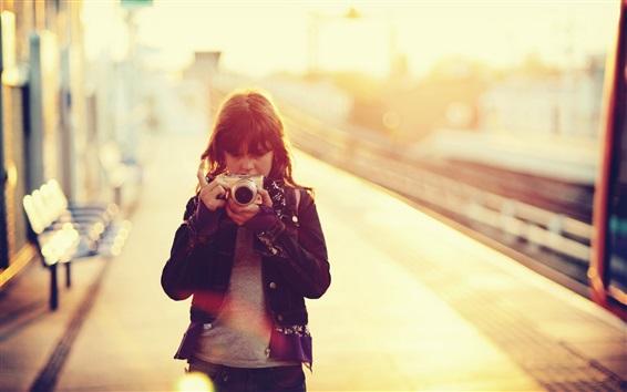 壁纸 亚洲女孩使用相机,眩光
