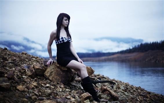 Fond d'écran Les cheveux noirs se sentent au bord de la rivière, au crépuscule, aux pierres