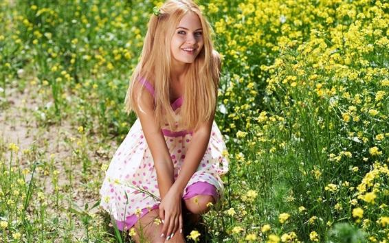 Fond d'écran Fille blonde, petit enfant, fleurs jaunes