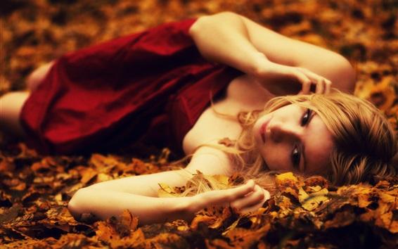 배경 화면 금발 소녀 바닥에 누워 나뭇잎, 가을
