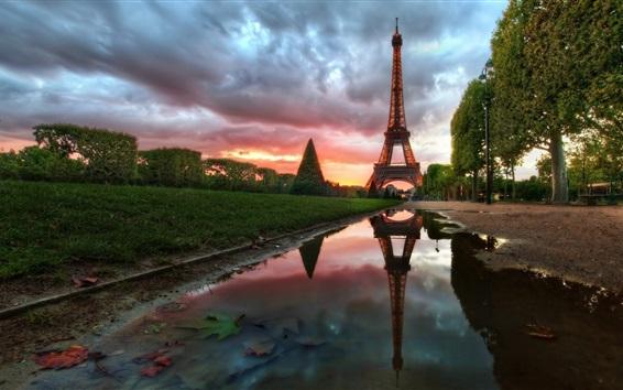 Fondos de pantalla Torre Eiffel, París, Francia, agua, árboles, nubes, anochecer