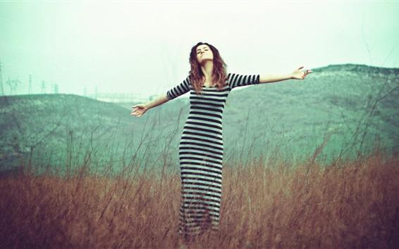 Обои Девушка свободы, черно-белая полосатая юбка, трава