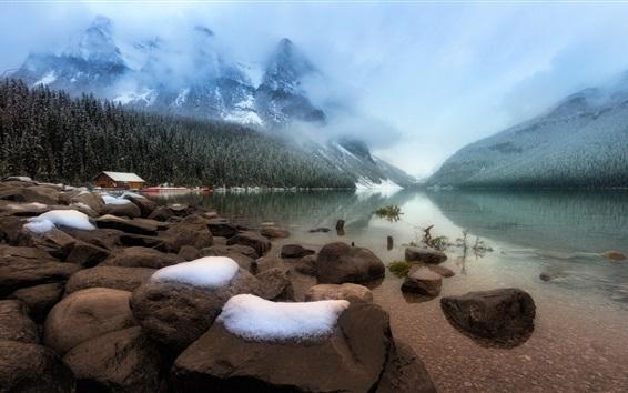 Fond d'écran Lac Louise, pierres, arbres, brouillard, parc national Banff, Alberta, Canada