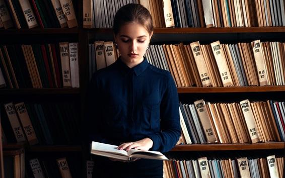 Обои Русская девушка, читающая книга, библиотека
