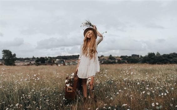 Fondos de pantalla Chica rubia, sombrero, maleta, flores silvestres