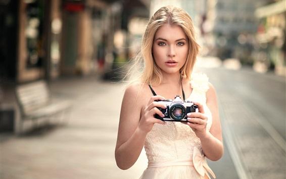 Fond d'écran Fille blonde utilise une caméra Olympus