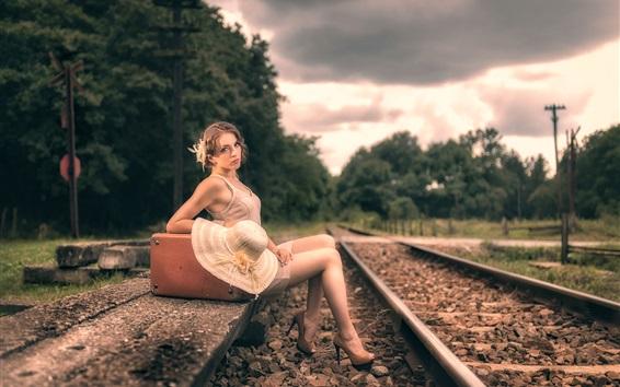 Обои Девушка сидит на железнодорожной стороне, чемодан, ретро-стиль